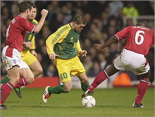 England 1 - Australia 3 - 2003 Friendly - Preview and Review - Harry Kewell in action